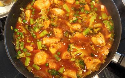 Kylling i sursøt saus med grønnsaker og ris